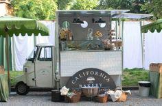California Bee è la postazione mobile di California Backery a Milano. La proposta è una buona sintesi dei piatti Made in Usa tipici dei locali: bagels, muffin, cheesecake