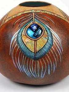 Inlay a piece of dichroic glass (provided) and create a striking peacock feather design on your gourd. Arizona Gourds Unique Southwestern Gourd Art by Bonnie Gibson Decorative Gourds, Hand Painted Gourds, Art Diy, Southwest Decor, Art Carved, Feather Design, Gourd Art, Art And Craft, Just In Case