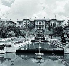1924' te açılan Meclis'in Parkı, kaskatlı havuzların, heykellerin yer aldığı, havuzlarında kırmızı balıkların yüzdüğü, çiçekler ve ağaçlarla dolu yemyeşil bir bahçeydi. Halka açık olan bu bahçe Gençlik Parkı yokken Ankaralıların en rağbet ettiği dinlenme mekanı olmuştu.  Oya İslimiyeli