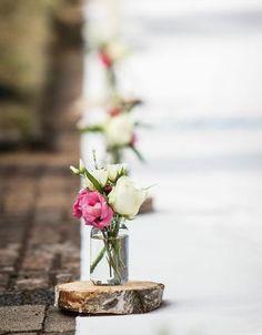 Zauberhafte Vasen auf Holzscheiben als Dekoration auf dem Weg zum Altar – beautiful little vases and wood slices to decorate the aisle - www.weddingstyle.de
