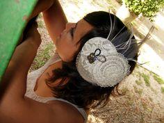 Tocado gris y beig. Lady, Christmas Bulbs, Crochet Earrings, Holiday Decor, Women, Sombreros, Clothing, Headpieces, Head Bands