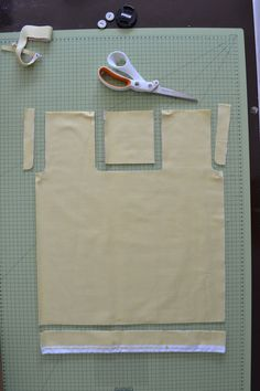 Foldable tote bags: DIY in photos- Tote-bags pliables : le DIY en photos Tired of torn and polluting plastic bags for shopping? Practical, this small sewing tote-bag folds up on itself to … - Diy Tote Bag, Best Tote Bags, Do It Yourself Mode, Bag Jeans, Clutch Bag Pattern, Reusable Shopping Bags, Wholesale Bags, Couture Sewing, Fabric Bags