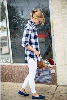 女子会やカフェめぐり、お買物などちょっとしたお出かけにさらっとは着こなしたい白パンツ。  大人カジュアルにトップスはブロックチェックシャツを合わせて、靴は青のローファーやオペラシューズなどのぺたんこ靴でラフなコーディネートに。