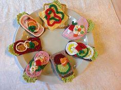 Hæklet smørrebrød, sjovt for børn at lege med Crochet Cake, Crochet Amigurumi, Crochet Food, Love Crochet, Bead Crochet, Crochet For Kids, Amigurumi Patterns, Crochet Crafts, Crochet Dolls