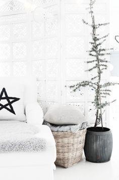 Misschien heb je geen ruimte of geen zin aan een kerstboom. Met deze decoratie tips haal je een kerstsfeer in huis. Die boom is overbodig.