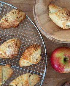 Traditionelle og super lækre kærnemælkshorn med et twist af karamel og æble, eller med den traditionelle marcipan og remonce - Få den lækre opskrift her
