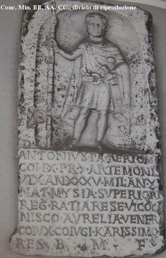 Estela de Antonius Paterio, soldado de la cohors X de la guardia pretoriana. 235-249 d.C. Livorno, via di Monterotondo 49, USL 13 (ex Villa Rodocanacchi), bajo el pórtico.