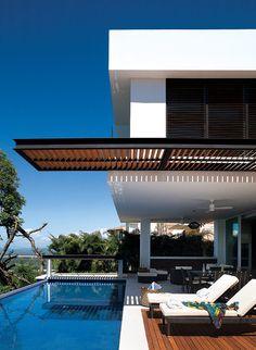 Descubre esta morada cuyo diseño arquitectónico sublima las vistas al mar y a la naturaleza circundante.