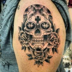 Tatuaje de una calavera de alfeñique con tres rosas situado en...