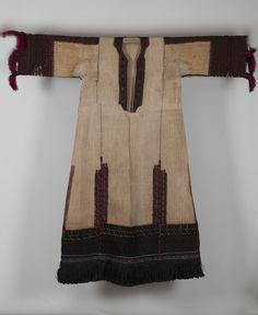 «Λινομάνικο», πουκάμισο Καραγκούνας παλαιού τύπου (Υ. 1,2 μ.). Θεσσαλία, αρχές 20ού αιώνα. Συλλογή Πελοποννησιακού Λαογραφικού Ιδρύματος, Ναύπλιο. Linomániko (sleeved linen chemise) from the old-style Karagouna costume (H. 1.2 m.). Thessaly, early 20th century. Peloponnesian Folklore Foundation Collection, Nafplion