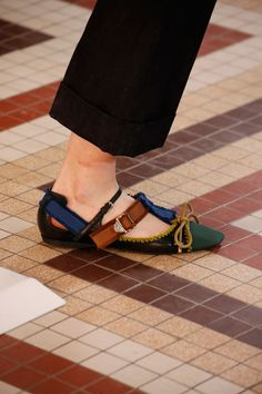 The complete Carven Fall 2018 Ready-to-Wear fashion show now on Vogue Runway. Sock Shoes, Shoe Boots, Shoes Heels, Vogue, Cheap Shoes Online, Carven, Daily Fashion, Designer Shoes, Me Too Shoes
