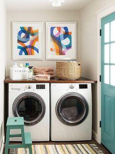 Cestas de mimbre y cuadros coloridos en la lavandería