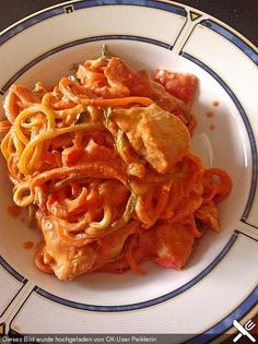 Zucchini-Karotten-Bandnudeln mit Hähnchen und Tomate, ein gutes Rezept aus der Kategorie Geflügel. Bewertungen: 31. Durchschnitt: Ø 4,5.