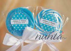 Marturie de nunta acadea rotunda, colorata. Punguta care acopera acadeaua este decorata cu o eticheta albastra cu buline. Eticheta este personalizata cu numele mirilor si data nuntii. Marturia este decorata cu o fundita din satin alb.