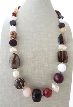 Chunky necklace, multi gemstone necklace, exotic necklace, beaded necklace, wooden necklace, ethnic jewelry, italian jewelry, gioielli Glamour chunky necklace with brown and white agate, red bamboo coral, peach jade, carved wooden beads, mother of pearl and freshwater pearls. Très
