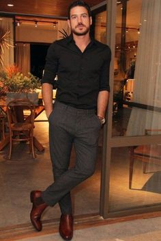 Black shirt, grey pants and brown shoes - Marco Pigossi men's fashion Mode Masculine, Dresscode Smart Casual, Smart Casual Office Men, Smart Casual Black Men, Mens Smart Casual Outfits, Smart Casual Menswear, Business Casual, Style Gentleman, Fashion Mode