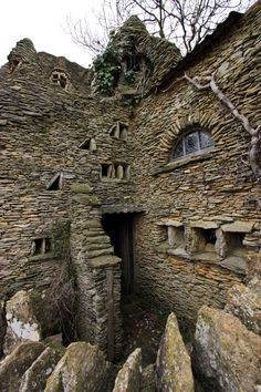Property built by Colin Stokes in Chedglow, Wiltshire, England. The Hobbit House was a sheep shed built without permission by a local artist, the sprawling construction took nearly ten years to build. Abandoned in the Abandoned Buildings, Abandoned Castles, Abandoned Mansions, Old Buildings, Abandoned Places In The Uk, Modern Buildings, Beautiful Architecture, Beautiful Buildings, Beautiful Places