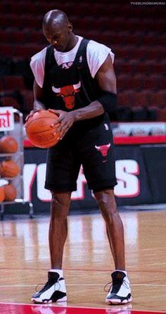 Ideas For Basket Ball Ball Logo Michael Jordan Mike Jordan, Michael Jordan Pictures, Michael Jordan Photos, Jordan Bulls, Michael Jordan Basketball, Basketball Skills, Basketball Players, Jordans Girls, Air Jordans