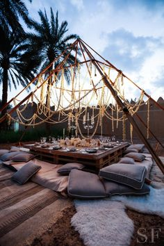 Savoir Flair gives you an insider's look at the crystal-inspired Dinner Club by x Noor Fares dinner in Al Ain. dinner set up Picnic Set, Picnic Ideas, Picnic Recipes, Beach Picnic, Picnic Foods, Dinner Club, Boho Wedding, Tepee Wedding, Wedding Cake