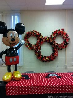 This giant Mickey Mouse wreath everyone loved. Mom had described it to us when she was making it, but it was not until we saw the finished item that we understood and were so impressed! It is very light weight also, my dad and I hung this up with just a bit of fishing line onto some hooks that were already in the wall.
