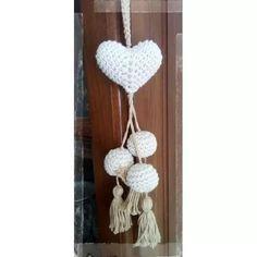 Colgante De Corazon Con Pompones Crochet - $ 80,00 Love Crochet, Crochet Gifts, Diy Crochet, Crochet Flowers, Crochet Toys, Crochet Garland, Crochet Curtains, Crochet Wall Hangings, Heart Crafts