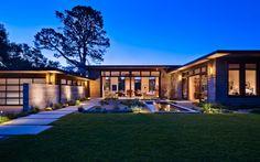 Современный одноэтажный дом с удивительным ландшафтным дизайном