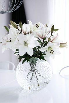 38 Beautiful Glass Vase Flower Arrangement Ideas - Art and Decoration Flower Power, My Flower, Flower Vases, Deco Floral, Floral Design, Pretty Flowers, White Flowers, Fresh Flowers, Amazing Flowers