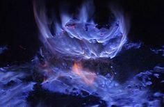 Une lave bleue aussi sublime que menaçante s'échappe d'une mine de soufre en Indonésie