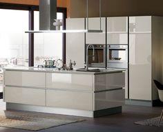 Proposto in una gamma di colori raffinata e attuale, è il vetro a caratterizzare Ri-flex, la cucina componibi