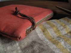 I made another linen, metal zipper clutch. It's a wonder I haven't made 6 more (I guess it's those other obligations I have like my da...