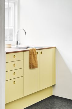 Sweet Sneak Studio in Copenhagen Reform's kitchen design BASIS in painted yellow. The countertop is linoleum in color Pearl. It's an IKEA hack.Reform's kitchen design BASIS in painted yellow. The countertop is linoleum in color Pearl. It's an IKEA hack. Design Café, Home Design, Design Color, Design Ideas, Kitchen Furniture, Kitchen Decor, Furniture Stores, Outdoor Furniture, Furniture Outlet