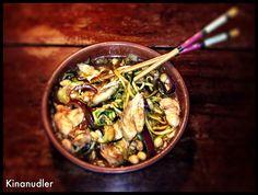 1 stor portion Ingredienser 2 spsk rapsolie 1 mellem squash, revet på en spiralizer så de er som spaghetti 1/4 rødløg, skåret i tynde strimler 100 g spidskål, fintsnittet 1 spsk sesamfrø 1 spsk pea...  In English: China Noodles 1 large serving  Ingredients 2 tablespoons canola oil  1 medium zucchini, grated on a spiralizer so it is like spaghetti  1/4 red onion, cut into thin strips  100 g cabbage, finely chopped  1 tbsp sesame seeds  1 tbsp peanuts (not LCHF may be omitted)  1 tablespoon…