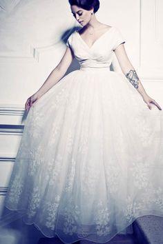 Ihr heiratet dieses Jahr und seid noch auf der Suche nach eurem Traum-Brautkleid? Wir zeigen euch hier die schönsten Hochzeitskleider!