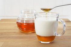 Susu dan madu adalah bahan-bahan yang bukan hanya baik untuk menjaga kecantikan dan kesehatan rambut, tetapi juga tubuh manusia. Masing-masing memiliki manfaat kesehatan tersendiri. Nikmatnya susu bercampur dengan manisnya madu, apa jadinya jika keduanya digabungkan? Berikut ini 8 Manfaat Minum Susu Campur Madu: