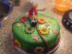 Versierde Abraham taart gevuld met slagroom en bosvruchten vlaaivulling.
