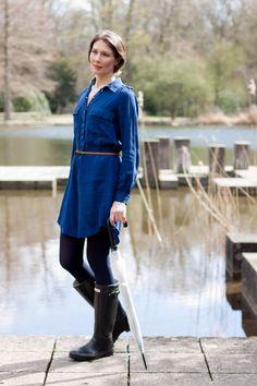 "My new Outfitpost ""An April Day With Hunterboots"": Denimdress: Zara | Tights: Falke | Rainboots: Hunter | Bag: Rebecca Minkoff | Location: Schlossgarten Karlsruhe"