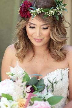 loving the cat eye + loose curls with flower crown for this beautiful bride