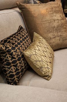 Prachtige kussens van Claudi en Chantal Keijser gezien bij Stoop Furniture te Den Haag Gold Bedroom, Bedroom Decor, Tuscan Style Homes, Velvet Cushions, Decorative Pillows, Decorative Items, Sofa Furniture, Luxury Living, Soft Furnishings