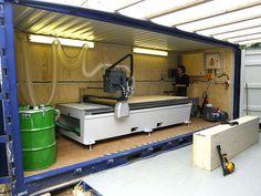 CNCルーターを搭載したコンテナ。現場に搬入し、ベニヤ板を切断しては箱状の部材を作る(Image: Courtesy of Facit Homes)
