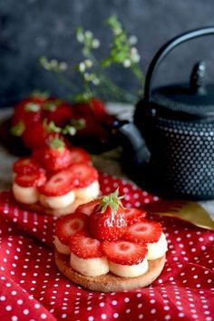 Tartelettes aux fraises et crème citron – B comme Bon Köstliche Desserts, Sweet Desserts, Sweet Recipes, Delicious Desserts, Pastry Recipes, Cake Recipes, Cooking Recipes, French Pastries, Desert Recipes