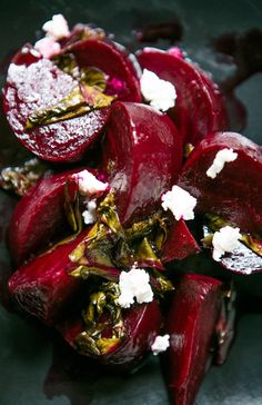 Betteraves Rôties au Chèvre ---Roasted Beet Salad with Goat Cheese Manger Healthy, Love Beets, Roasted Beet Salad, Roasted Beets Recipe, Goat Cheese Salad, Gorgonzola Cheese, Cheese Food, Good Food, Snacks