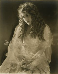 Noir and Chick Flicks: Mary Pickford: Fun Facts Vintage Hollywood, Hollywood Glamour, Classic Hollywood, Silent Film Stars, Movie Stars, Belle Epoque, Vintage Photographs, Vintage Photos, Mary Pickford