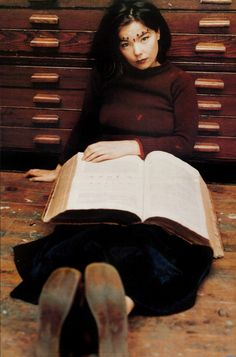 Björk, 1993 Photographed by Juergen Teller People Reading, Woman Reading, Trip Hop, Celebrities Reading, Mona Lisa, Juergen Teller, Groucho Marx, Hommes Sexy, Lectures