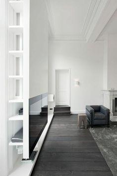 joli salon d'esprit rustique, murs blancs et plafond blanc