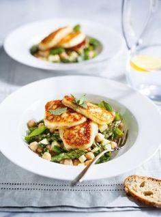 Salade d'asperges et de pois chiches avec fromage halloumi grillé Soup Recipes, Salad Recipes, Vegetarian Recipes, Cooking Recipes, Healthy Recipes, Grilled Halloumi, Halloumi Salad, Lunches And Dinners, Meals