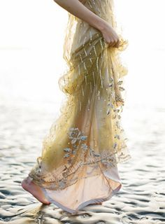 boho beach wedding dress- I want to see the rest of it! Bohemian Style, Boho Chic, Glamour, Gatsby, Beautiful Dresses, Ideias Fashion, Paisley, High Fashion, Boho Fashion