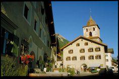Dorfplatz von Bergün im Albulatal. Graubünden. / Bravuogn. Val d'Alvra. Grischun. / village square of Bergün. South East Switzerland.