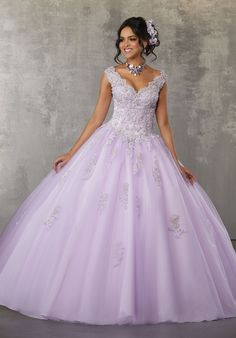 Quinceanera-Spitzenkleid mit Flügelärmeln von Mori Lee Valencia Lee Valencia-A . Mori Lee Quinceanera Dresses, Lavender Quinceanera Dresses, Lavender Dresses, Quince Dresses, Quinceanera Party, Purple Wedding Dresses, Lavender Wedding Dress, Sparkly Dresses, Modest Wedding