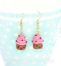 Handmade smiling cupcake earrings with a raspberry topping Raspberry Cupcakes, Kawaii Jewelry, Polymer Clay, Pearl Earrings, Pearls, Personalized Items, Happy, Cute, Handmade