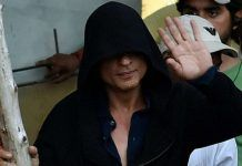 Shah Rukh Khan, who was in London to shoot for his upcoming film, 'Fan', was seen shooting a sequence at a chawl in Mumbai's Marine Drive area. Bollywood Gossip, Bollywood News, Marine Drive Mumbai, Video Go, Upcoming Films, In Mumbai, Katrina Kaif, Salman Khan, Bollywood Celebrities